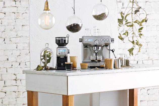 Už nehledejte a obdarujte své milované dokonalou kávou. O její přípravu se postará profesionální espresso Sage BES920 a přesné množství čerstvě namleté kávy zajistí mlýnek Sage BCG820.
