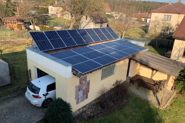 Fotovoltaika + baterie + elektromobil: lepší než peníze v bance či ve fondu