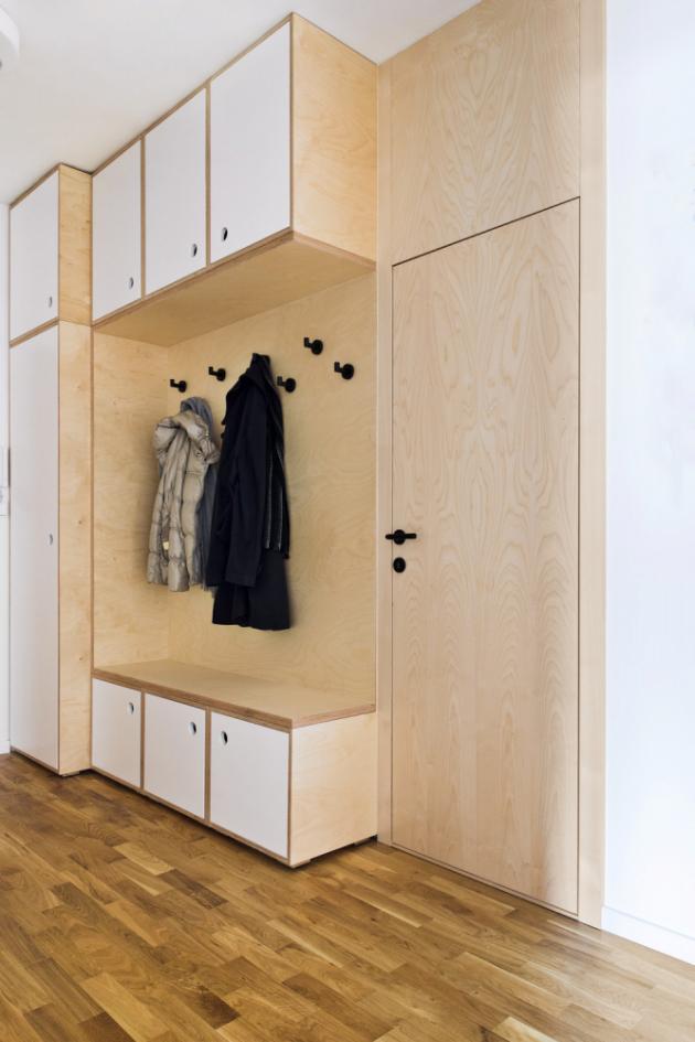 CHODBA Hned u vchodu pochopíte, že pro majitele byl důležitý výběr materiálu. Původní imitace nahradily dubové parkety, nábytek z březové překližky a dveře s horním panelem z březové dýhy