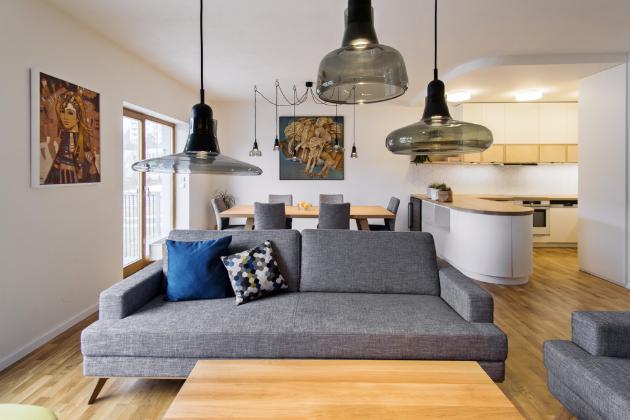 ŘEŠENÍ NA MÍRU Kuchyň a další nábytek na míru vyrábělo podle návrhu architektky truhlářství Smílek Interiér. Se zaoblením pultu ladí zaoblený stropní podhled, v němž je zabudováno odvětrávání digestoře