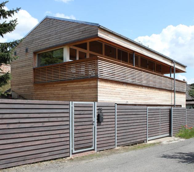 Rodinný dům srozlohou 78,1m2a 37,7 m2velkou terasou leží ve Středočeském kraji.