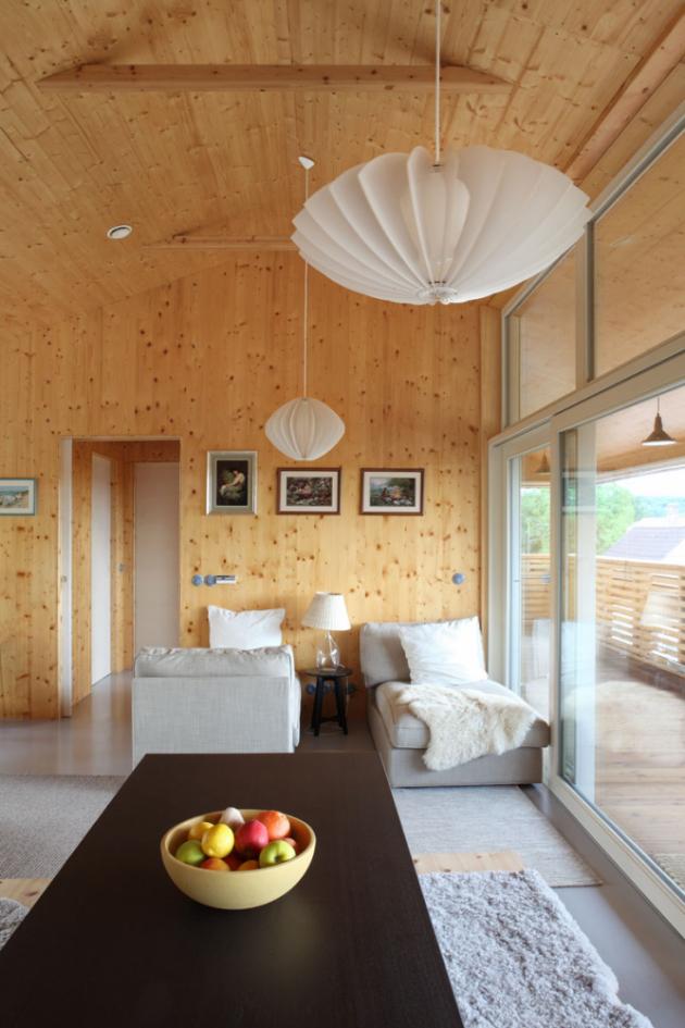 Pro konstrukci domu je zvolena technologie masivních dřevěných CLT panelů, které jsou v interiéru opatřeny jemnou světlou lazurou.