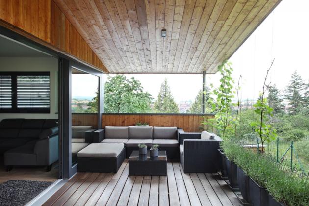 Terasa je kryta protažením pultové střechy.