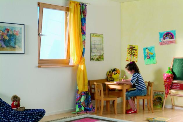 Existuje několik způsobů větrání. Rychlý způsob, který bychom měli používat každé ráno a večer, je na několik minut otevřít okno dokořán a spomocí průvanu vyměnit vzduch vmístnosti – vložnici především.