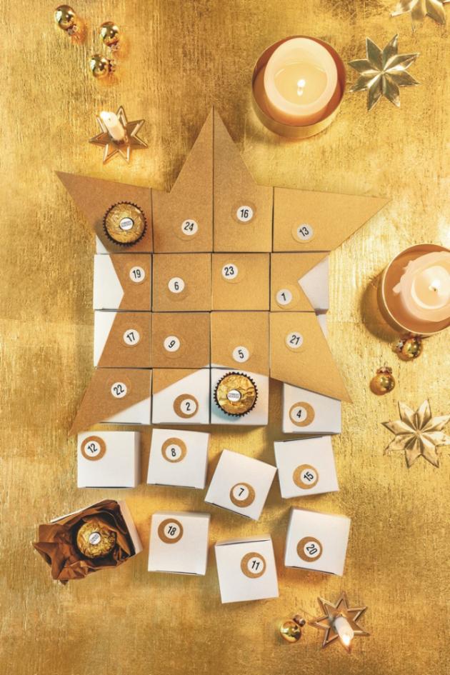 Adventní kalendář může mít podobu i hravé skládačky. Krabičky vyložte zlatým hedvábným papírem  a dovnitř schovejte dárečky a Ferrero Rocher.