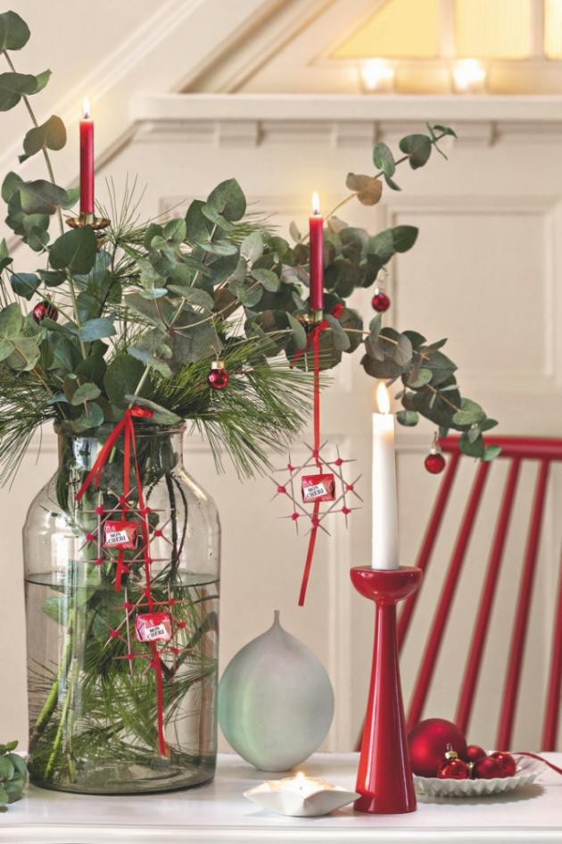Kombinace vánočních ozdob a voňavých větviček eukalyptu  a borovice nikdy neztratí na půvabu.