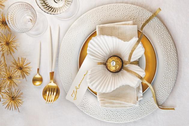I z tak obyčejných věcí, jako je papírový košíček na muffiny, lze vyrobit andělsky krásnou dekoraci na vánoční stůl