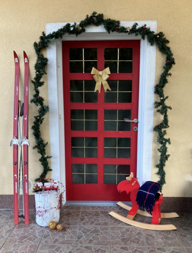 Konec nudným dveřím! Pokud se nebojíte barev, červené domovní dveře vám nepochybně projasní tmavé zimní dny.