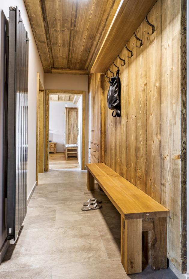 CHODBA Velmi útulná atmosféra přivítá domácí i návštěvy hned za dveřmi. Úložné prostory tady řeší vestavěná skříň, lavice, police a kovové věšáčky