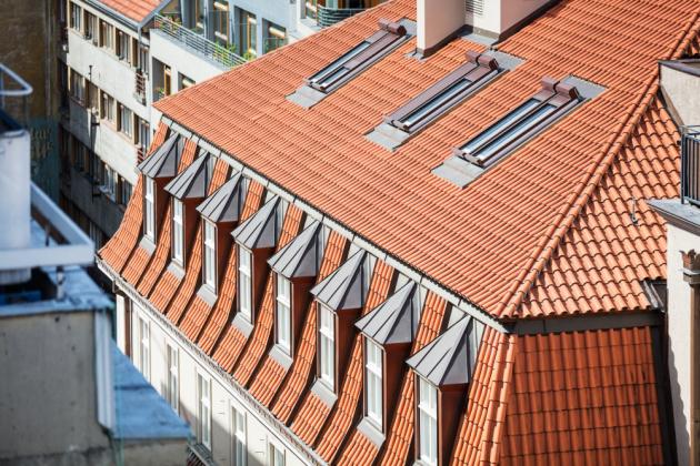 2. místo: střecha bytového domu Palác Dlouhá v Praze 1 realizovaná firmou Střechy Novák s.r.o. z Kolína s prejzovou krytinou.