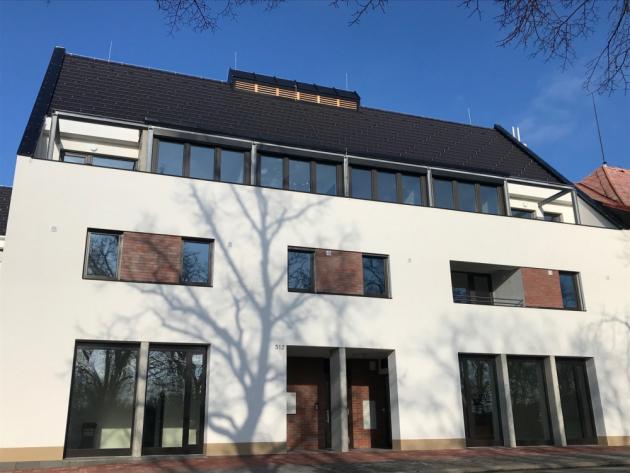 2. místo: střecha bytového domu s komerčními prostory v Hrotovicích. Cenu si za ni převzal pan Josef Vostal z Kramolína, když porota ocenila propojení moderní architektury s moderní pálenou střešní taškou Figaro 11 v černé engobě.