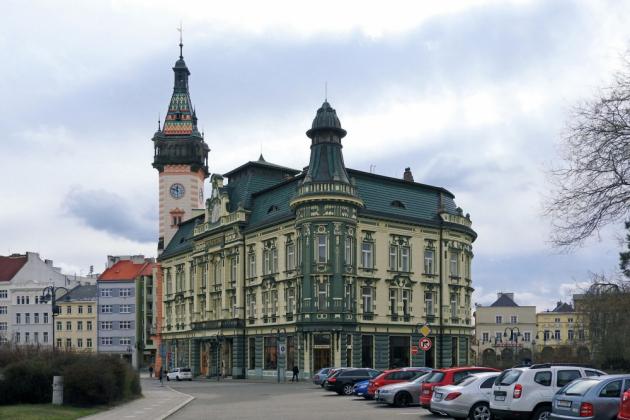 3. místo: firma H B delta, s.r.o., ze Vsetína za střechu radnice a spořitelny v Krnově. Pro tuto výjimečnou zakázku na secesním objektu byla z Rakouska dovezena glazovaná zelená taška Landdach z portfolia Wienerberger.