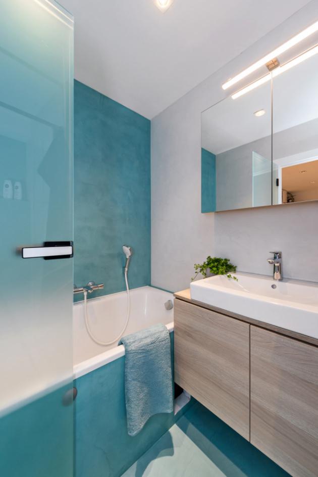 Koupelna i toaleta jsou kombinací modré a šedé stěrky, protilehlé stěny mají stejnou barvu