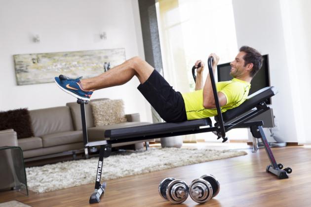 Posilovací lavice Hector (Kettler) je vhodná na cvičení břišního svalstva, má sklopnou opěrku s nastavitelným sklonem, nosnost 150 kg, cena 10 990 Kč, www.kettler.cz
