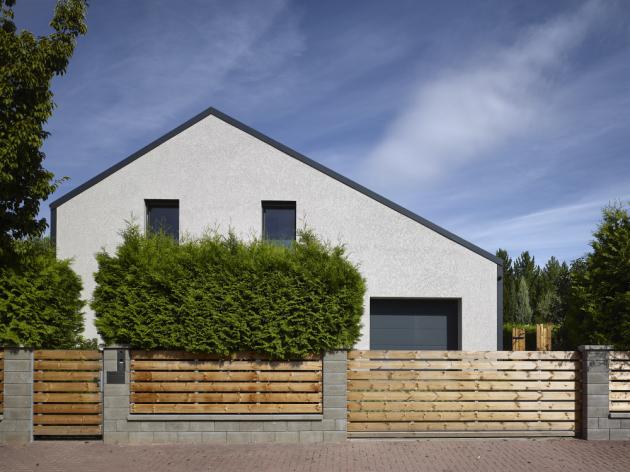 Po osekání zbytečných arkýřů a balkonků, zrušení různých sedlových střech atd. se z domu vyklubal moderní objekt se střízlivými rovnými liniemi a originálním interiérem promyšleným do poslední kličky
