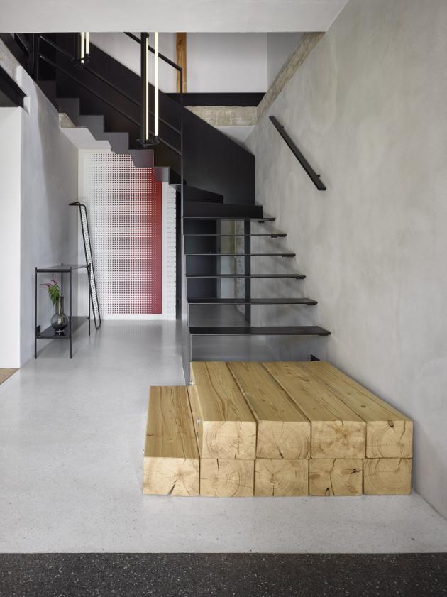Lítost nad vybouraným dřevem proměnila architektka v originální designový prvek