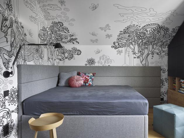 Až na barevné výjimky v pokojích obou slečen jsou tedy stěny v ostatních částech domu laděny lehce do šeda.