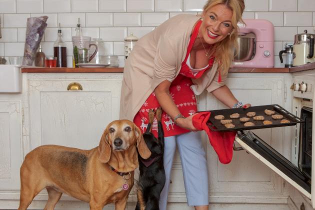 Lucie Benešová to s pečením nepřehání, báječné cukroví dostává každý rok od tchýně. Sama ale vždy dodá perníčky. S těmi jí obvykle místo psích mazlíčků pomáhá dcera Lara.