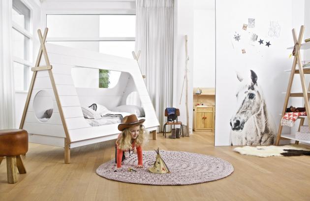 Postel Tipi (De Eckhoorn), lakované borovicové dřevo, 215 × 106 × 163 cm, pro velikost matrace 90 × 200 cm, cena 10 650 Kč, www.alhambra.cz