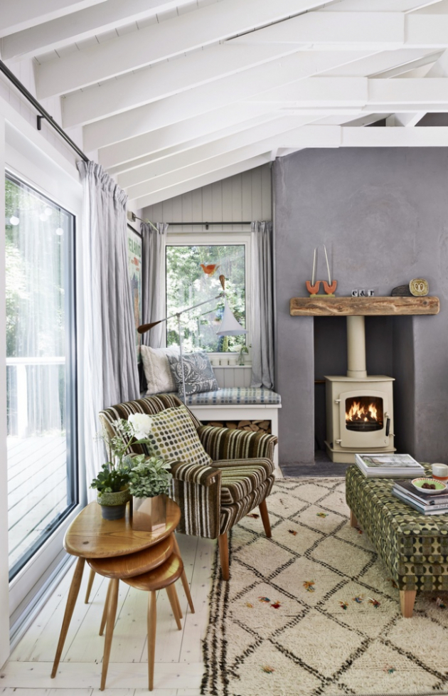 Posezení v obývací části umocní v chladném počasí pohled do ohně a přirozené sálavé teplo z krbových kamen