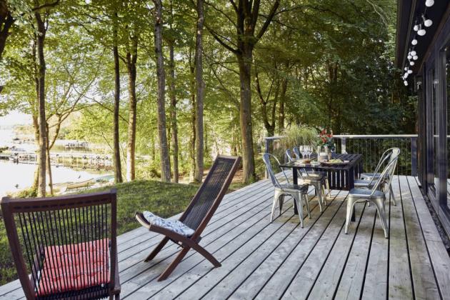 V teplém období se obytný prostor rozšiřuje o rozlehlou terasu se skládacími křesly, židlemi a rozkládacím jídelním stolem