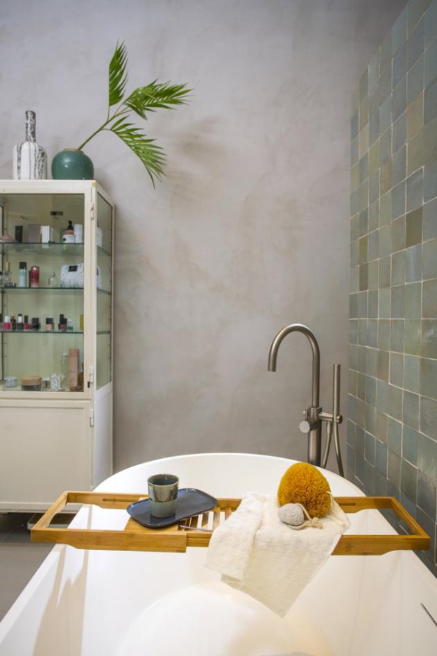 KOUPELNA Ve středu koupelny u dostavěné zídky trůní oválná solitérní vana, kterou si majitelka moc přála