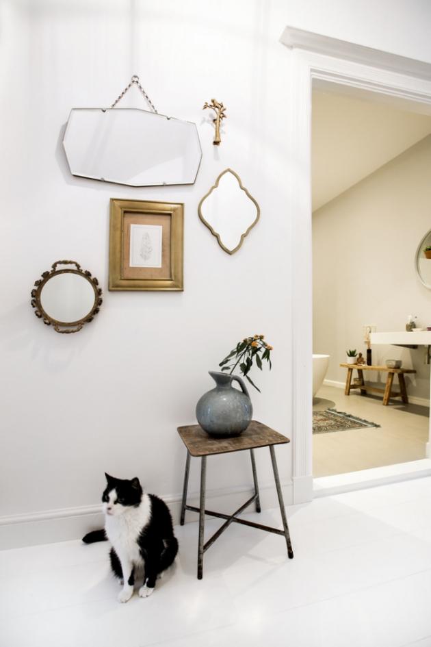 CHODBA Odette si v bytě ráda vystavuje nejrůznější předměty, z nichž mnohé na sebe vážou i příběhy. Společnost dělá paní domu i věrný kocour Jaap