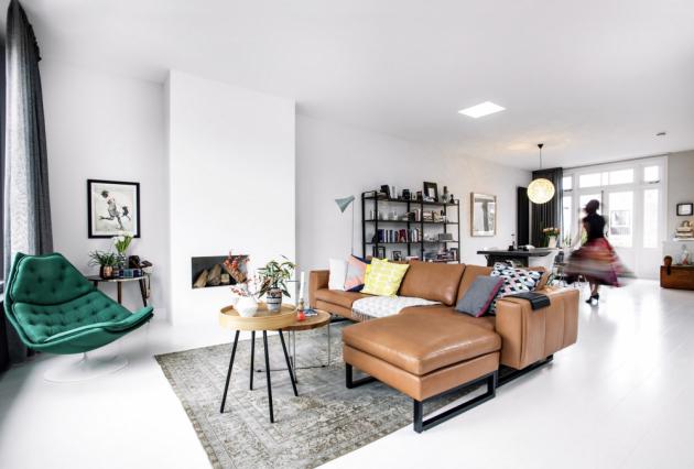 OBÝVACÍ POKOJ Nikdo z hostů se nemůže vynadívat na obývací pokoj – všichni obdivují, jak je světlý a velký. Už jen to, že není v přízemí a musí se do něj vcházet po schodech, je velké překvapení