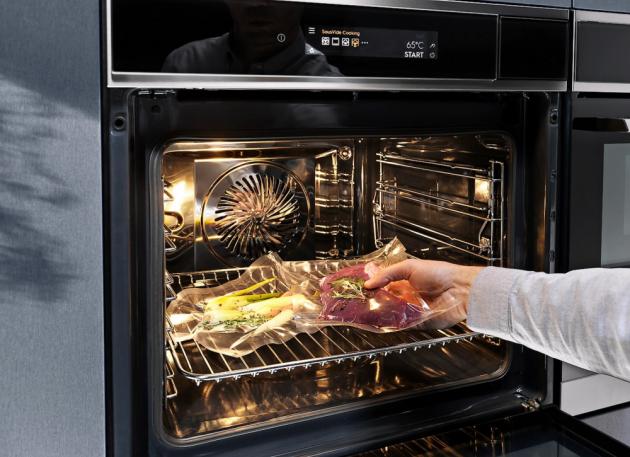 NA DOKONALÝ STEAK Funkce páry a možnost přesného nastavení teploty umožňuje v troubě přípravu pokrmů metodou sous vide, ke které je jinak zapotřebí speciální elektrická nádoba.