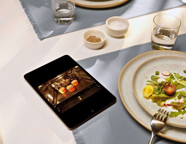 PEČENÍ POD KONTROLOU Kamera v troubě přenáší obraz pečeného pokrmu na tablet nebo mobilní telefon, ze kterého se dá spotřebič prostřednictvím aplikace ovládat na dálku.