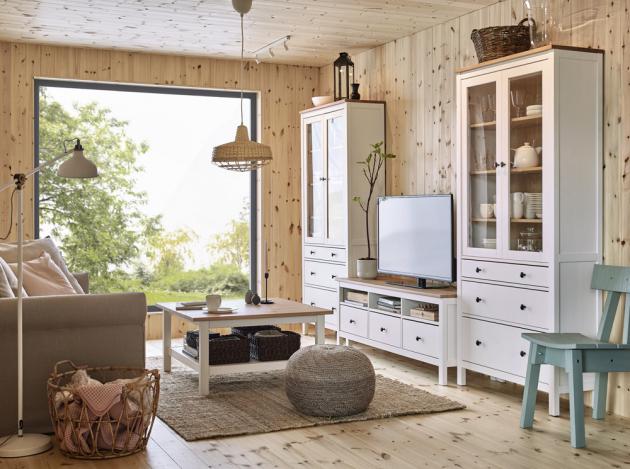 Z masivní lakované borovice je TV stolek Hemnes (IKEA), 149 × 57 × 47 cm, cena 5 490 Kč, www.ikea.cz