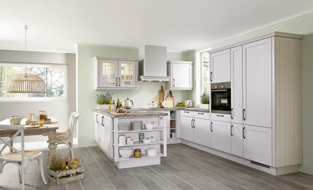 U kuchyně Cotage (Asko) z řady Top Line podtrhuje krémový odstín bílé barvy umírněný rustikální styl, www.asko-nabytek.cz