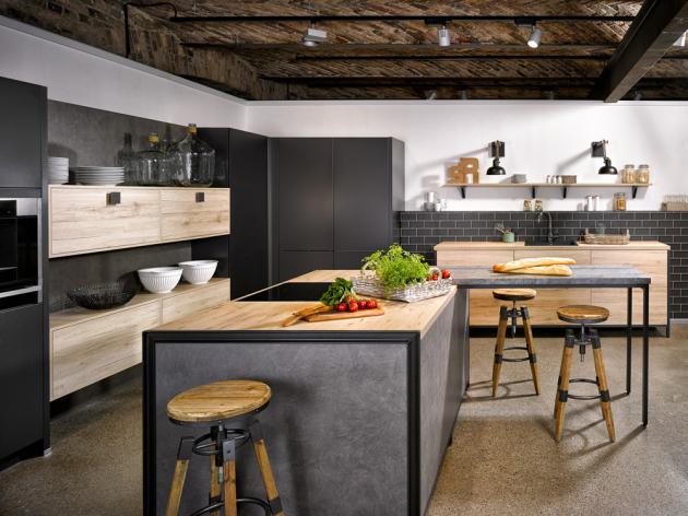 Kuchyň sestavená z prvků kuchyní San Remo, Porto a Brest (Bauformat), kombinace černých kovových detailů a ploch s dekorem dřeva a betonu, www.oresi.cz