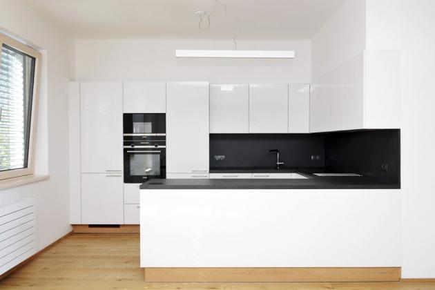 Jednoduché linie nábytku (JN Interiér) a bílý povrch nabízejí možnost doladit kuchyň doplňky, které jí vtisknou určitý styl, jenž se dá časem snadno změnit, www.jninterier.cz