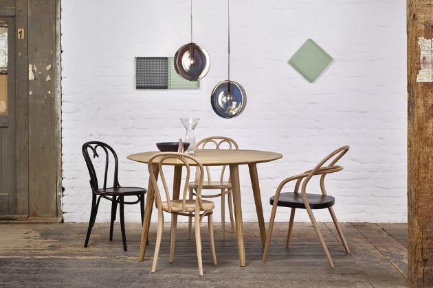Skandinávský design napodobuje jídelní stůl Malmö (TON), provedení masivní buk standard, O 120 cm, cena 27 030 Kč, www.ton.eu