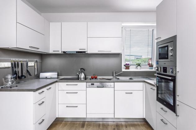 """KUCHYŇ Tvarově čistá kuchyňská linka ve tvaru písmene """"U"""" využívá prostor místnosti na sto procent, přitom zde nemáte pocit stísněnosti"""