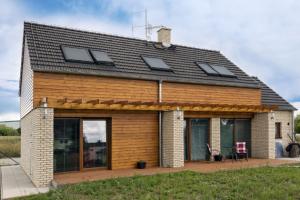 EXTERIÉR Mladá rodina si splnila svůj sen a nechala si ze systému Porotherm postavit rodinný dům podle projektu společnosti G Servis CZ. Dům stojí v ochranné zóně letiště, což vyžadovalo povolení
