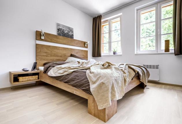 Pohodlné lůžko z masivního dubu je vyráběné na zakázku truhlářem panem Žabkou. Do ložnice ještě časem možná přibude další úložný nábytek