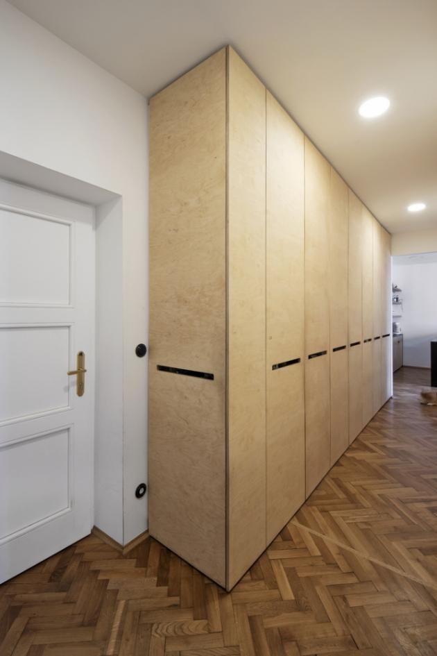 Páteří bytu je chodba, do níž architektka soustředila cenné úložné prostory i technické zázemí bytu