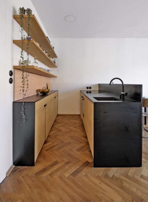 Kuchyň s varným ostrůvkem stylově dotváří celou atmosféru interiéru včetně detailů v podobě keramických retro vypínačů