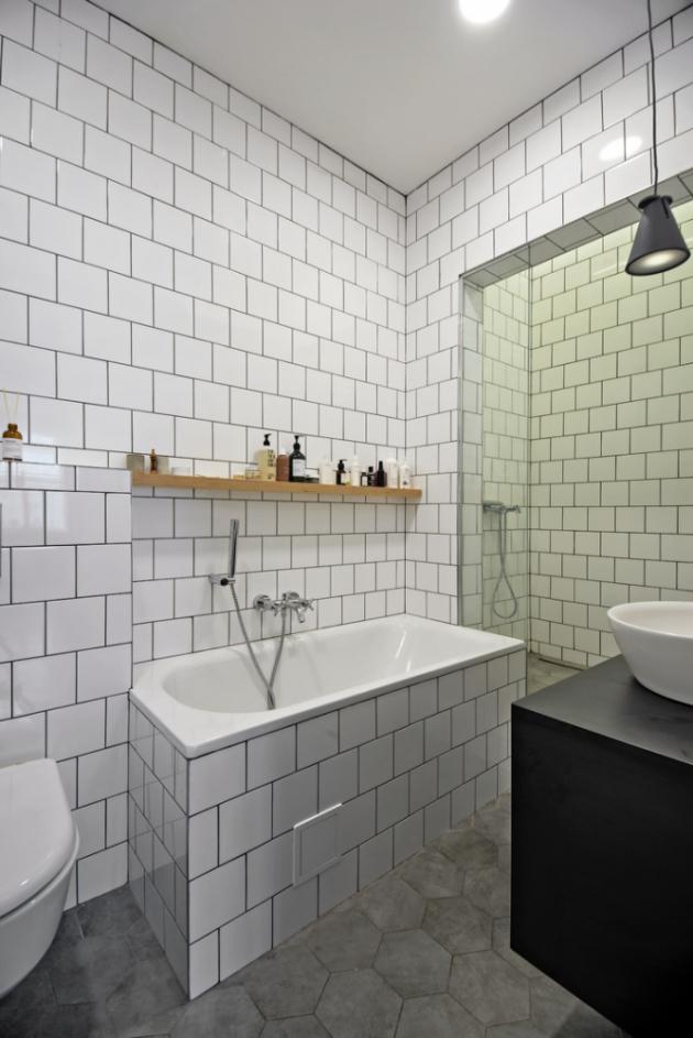 Do bytu se nově podařilo vměstnat i novou koupelnu s toaletou, jejíž podoba ctí nádech starých časů. Za zmínku stojí prostorný sprchový kout, který má nad sebou světlík – skleněný strop