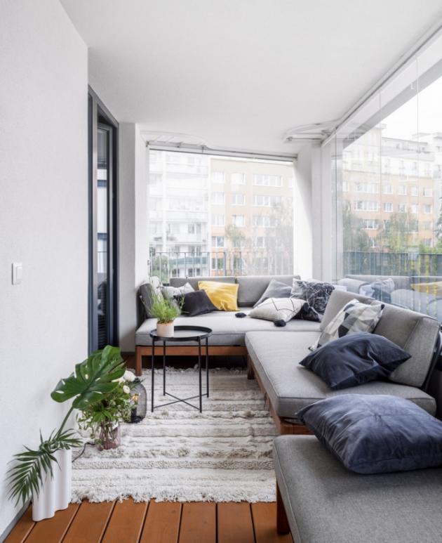 Značnou výhodou bytu je zasklená terasa navazující naobytný prostor. Pocit útulnosti umocňuje dřevěná podlaha apohovka sčalouněním, nakteré lze případně vletních měsících ipřespat