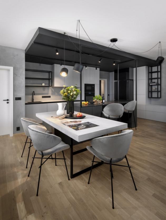 Sametové židle značky Iker dodávají industriálnímu interiéru měkkost a pocit luxusu. Příjemně kontrastují s masivní betonovou deskou stolu na míru