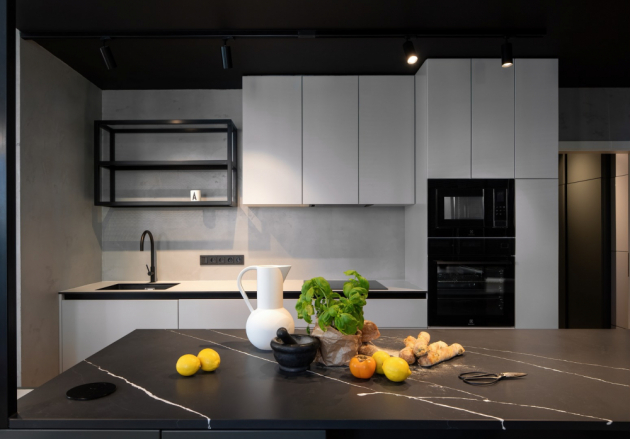 Lakovanou kuchyňskou sestavu s bezúchytovým řešením a pracovní deskou z vysokotlakého laminátu příjemně doplňuje stěrka na stěně. Deska kuchyňského ostrůvku z materiálu technistone představuje další ušlechtilý materiál v interiéru