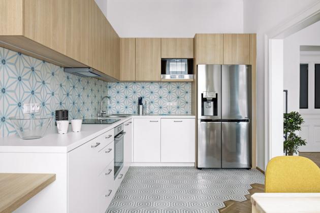 KUCHYŇ Kuchyň vyráběná na zakázku má dvířka v provedení lamino se 3D efektem dřeva. Komfort představuje americká lednice, kvalitní spotřebiče a ve skříňce vestavěná pračka. Jídelna nabízí posezení pro čtyři osoby
