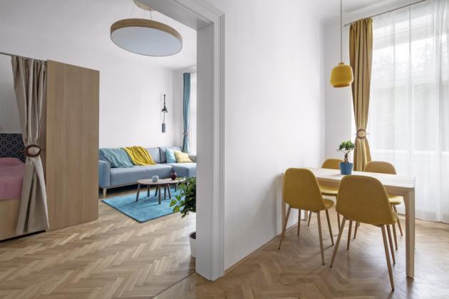 OBÝVACÍ PROSTOR Probouráním části zdi mezi původní kuchyní a pokojem vznikly dvě průchozí světlé místnosti plné příjemných barev a inspirativních nápadů