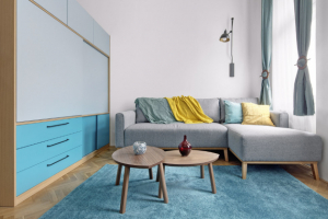 OBÝVACÍ POKOJ Architektka nechtěla příliš utrácet, a tak nakupovala u svých osvědčených značek, jako je IKEA, XXXLutz, Bonami, osvětlení vybrala u české firmy Claro. Modrou stěnu z úložných zásuvek tvoří bok spacího boxu