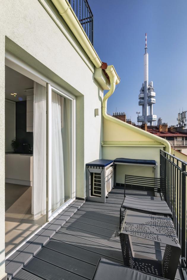 TERASA Osmimetrová terasa nabízí příjemné místo k posezení i krásné výhledy na okolí