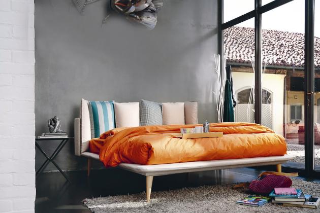 Postel Birdland s ortopedickým lamelovým roštem ze 14 březových lamel a s odnímatelnými polštáři, cena postele bez matrace od 40 758 Kč, www.casamoderna.cz