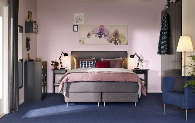 Čalouněná postel z kolekce Dunvik (IKEA) má snímatelný a pratelný potah, 210x160 cm, výška 120 cm, cena 26 180 Kč, noční stolek Hemnes, cena 1 290 Kč, www.ikea.cz